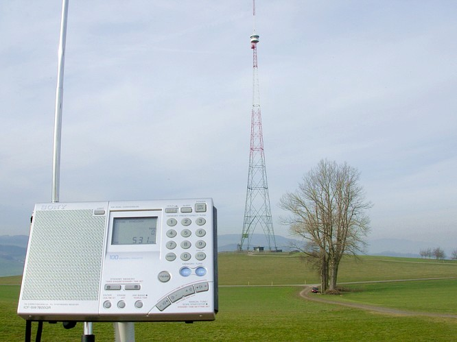 Sony ICF-SW7600GR Shortwave Worldreciver recive Musig Welle Station 531kHz from the antenna Beromünster in background, 17.02.2007 by deepsonic.ch