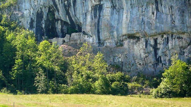 Grottenburg am Felsen von Balm