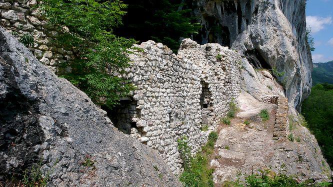 Felswand der Grottenburg Balm