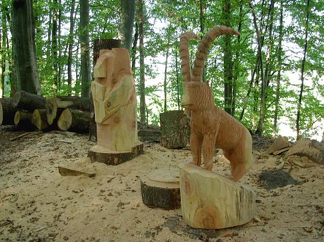 Holzskulpturen im Ramooswald in Strengelbach